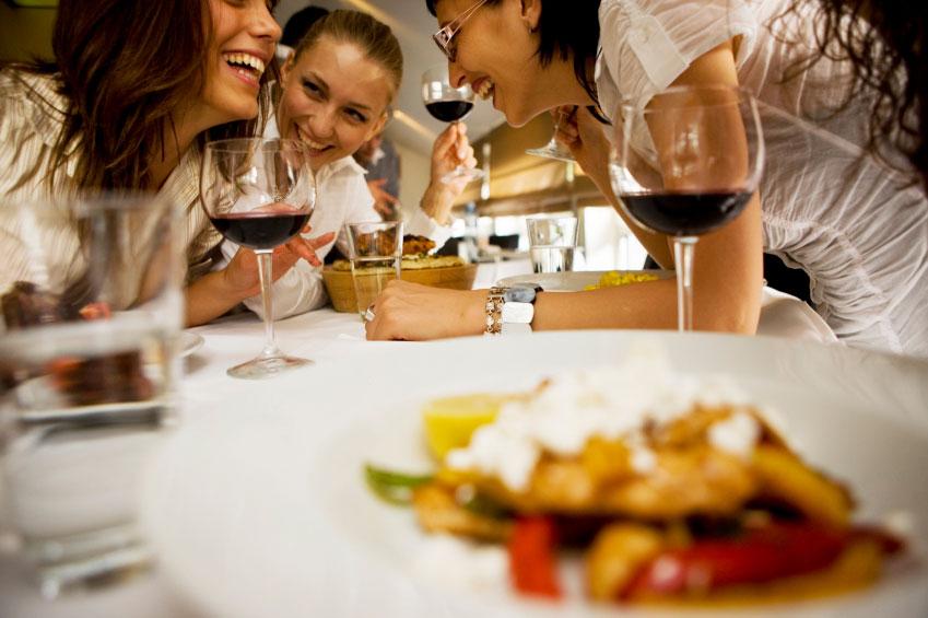Zufriedene Gäste an ausgelassenen Kochevents für Firmen